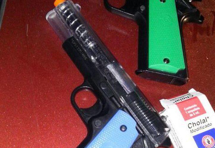 Durante la revisión al vehículo se encontraron dos pistolas de plástico junto con una bolsa de perdigones. (Cortesía)