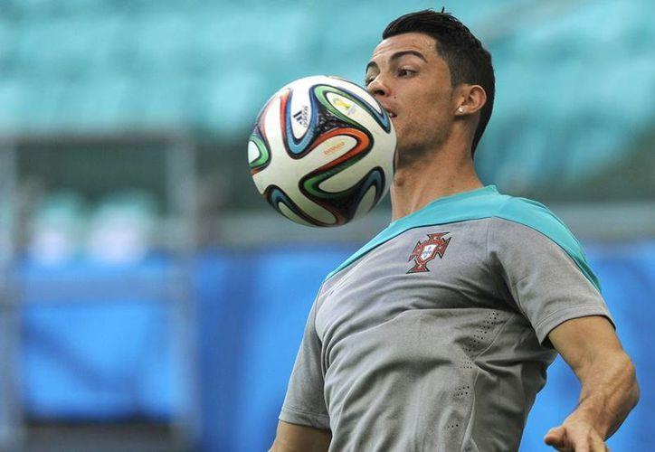 En el entrenamiento del domingo Cristiano Ronaldo lució una venda sobre la rodilla izquieda en la Arena Fonte Nova, donde se jugará el partido. (AP)