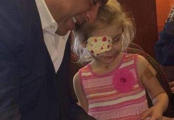 La pequeña Victoria y el cirujano Frank Stile, que la tratará en forma gratuita.  (Foto: http://forum.outerspace.terra.com.br)