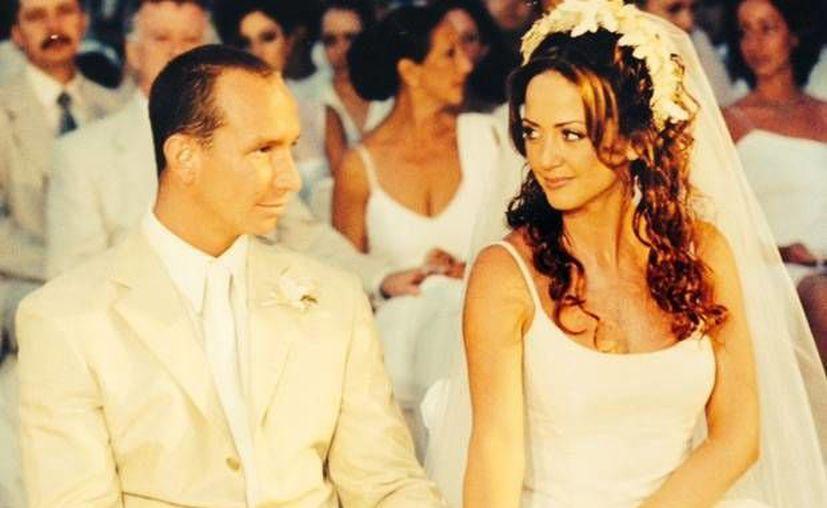 Érik Rubín y Andrea Legarreta aseguran que siguen tan enamorados como cuando se casaron en el año 2000. La imagen es de ese acontecimiento. (quien.com)