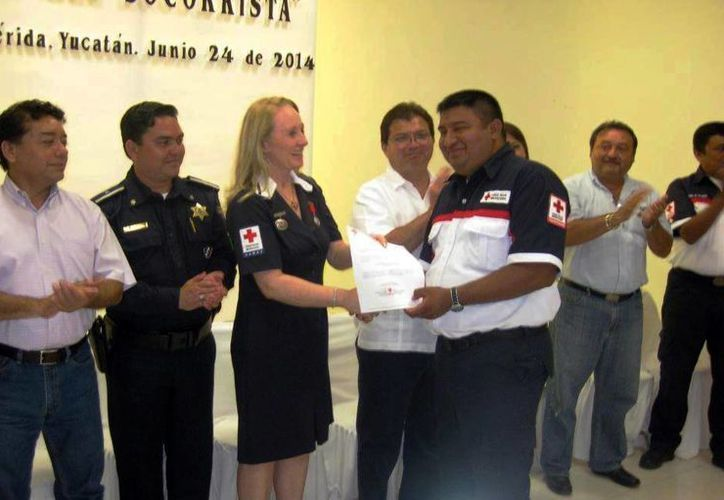 Gabriel Sonda recibe un reconocimiento de parte de la Cruz Roja. (Milenio Novedades)