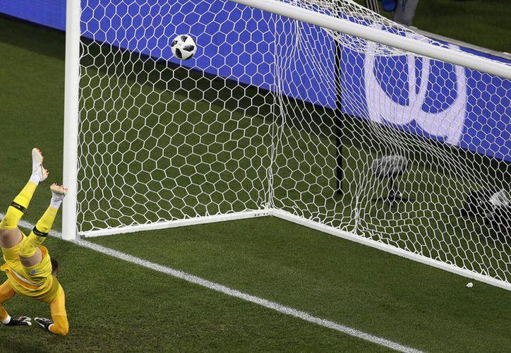 El arquero inglés se estiró lo más que pudo, pero el disparo del belga Januzaj fue muy cercano al ángulo (Foto AP)