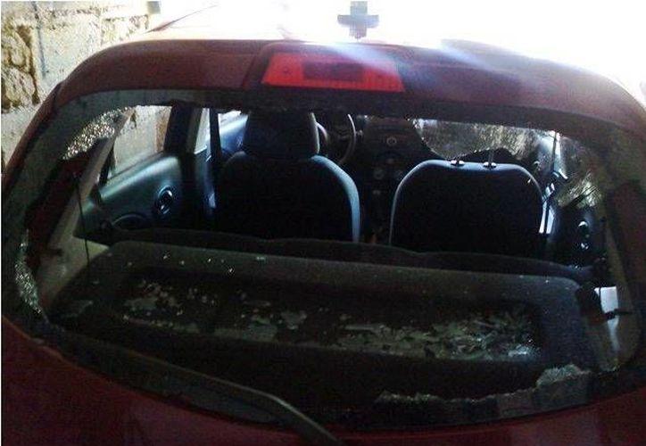 Un operador de Uber denunció que su unidad fue dañada seriamente por taxistas este domingo por la madrugada. (Fotos: SIPSE)