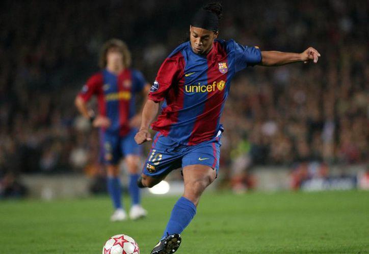 De todos los finalistas del Futbol Mexicano, Ronaldinho es el hombre con más experiencia en juegos decisivos por algún campeonato. En la foto, cuando jugaba en España. (Fotografía: barcelona.es)