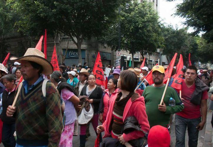 Marcha en el Zócalo capitalino de familiares de estudiantes normalistas desaparecidos en Guerrero. En Canadá también habrá protestas para exigir que el gobierno de México rinda cuentas.(Foto de archivo de Notimex)