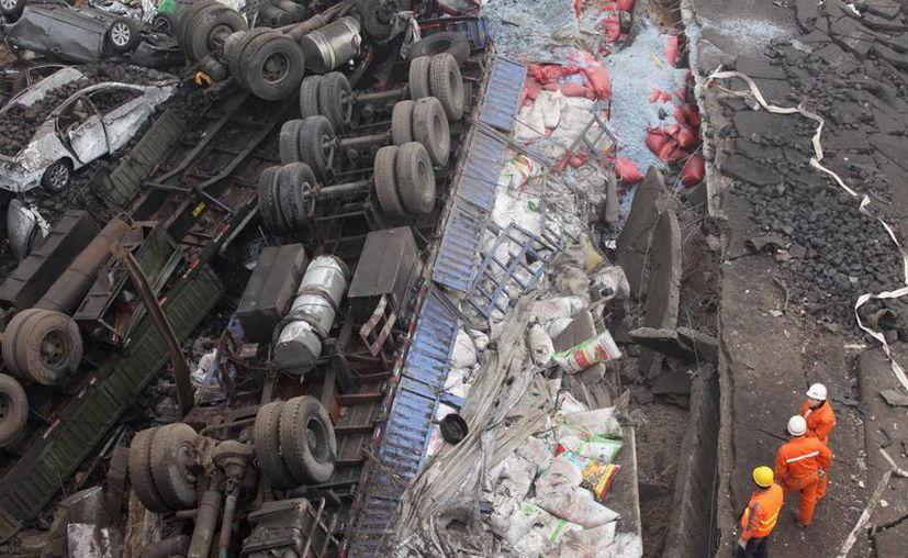 Miembros de los equipos de rescate en el escenario de una explosión causada por el transporte de fuegos de pirotécnia en Mianchi, en la provincia central china de Henan en febrero de 2013.  (Archivo/EFE)