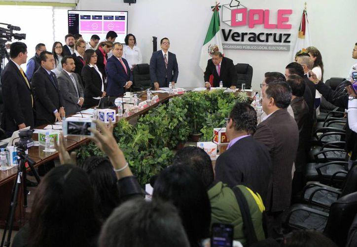 El Consejo General del Organismo Público Electoral Local (OPLE) de Veracruz se declaró en sesión permanente para seguir el desarrollo de la elección de este domingo 5 de junio. (Notimex)