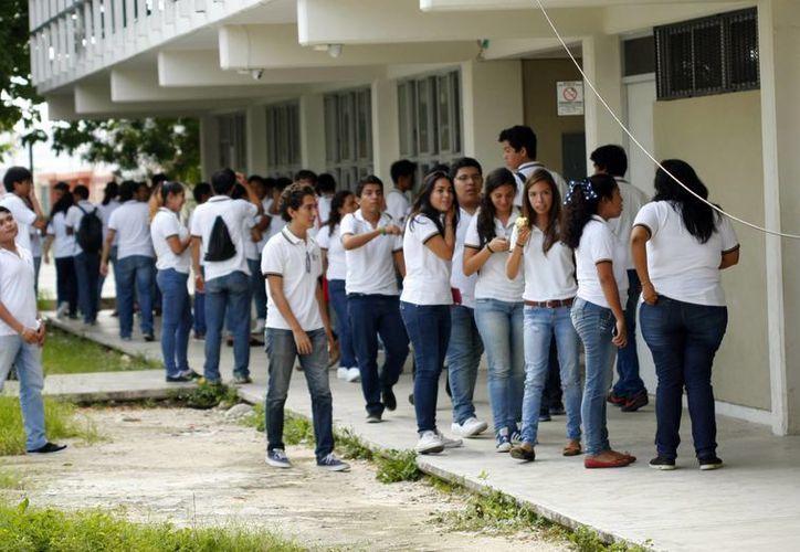 Imagen de preparatorianos de Mérida, los cuales forman parte de los más de 90 mil estudiantes que tendrán acceso a las universidades tanto públicas como privadas que existen en Yucatán. (Milenio Novedades)