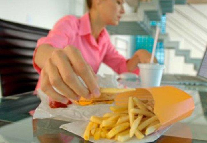 Comer frente a la computadora hace que se aumente de peso y merma la productividad. (Contexto)