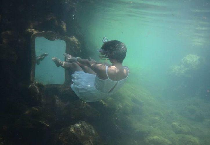 """Con """"Nereidas"""", la fotógrafa holandesa Lianne Strik expone el resultado de tres años de trabajo subacuático. (Foto: José Acosta)"""