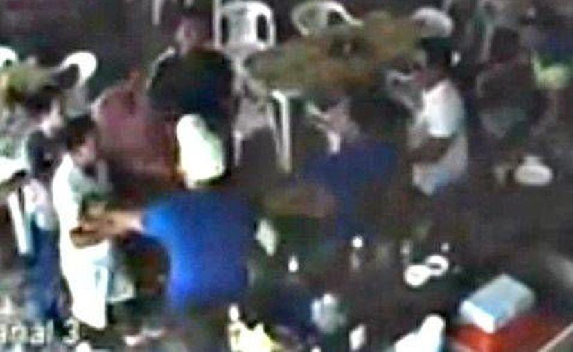 Un joven denunció que el viernes de la semana pasada tres hombres lo golpearon, provocándole fracturas. El video de la golpiza fue difundido en redes sociales. (Milenio)