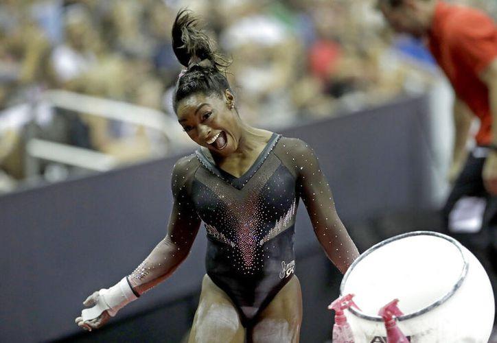 La gimnasta estadounidense Simone Biles hizo historia con un salto triple-doble.  (AP /Charlie Riedel)