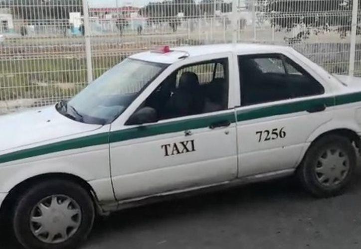 El taxi que tiene impacto de bala en el lado del conductor. (Redacción/SIPSE)