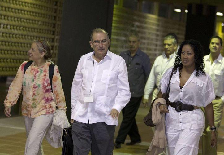 Humberto de la Calle, jefe del equipo de negociación de paz del gobierno de Colombia, camina acompañado por las abogadas María Paulina Riveros (izq) y Nigeria Rentería Lozano. (Agencias)
