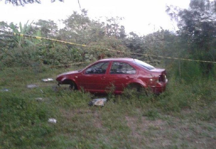 Este es el vehículo, dos sujetos ya lo estaban desvalijando. (Javier Ortiz/SIPSE)