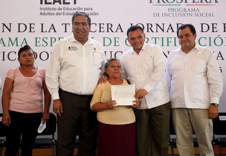 El gobernador Rolando Zapata  Bello y el director del Instituto Nacional para la Educación de los Adultos (INEA), Mauricio López Velázquez, constataron la tercera jornada del Programa Especial de Certificación (PEC). (Foto cortesía del Gobierno de Yucatán)