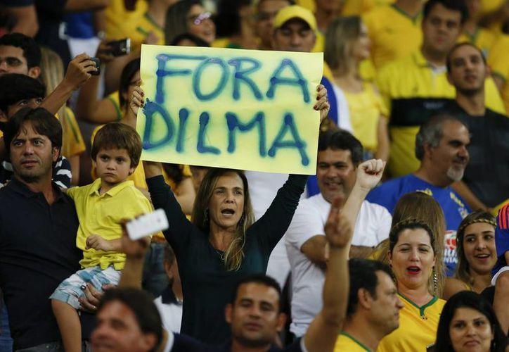 La presidenta Dilma Rousseff podría caer en las próximas semanas, luego de que su mayor aliado, el partido PMDB, se retirara del gobierno federal. (AP)