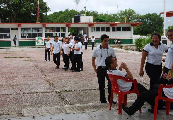 Algunos maestros felicitaron a sus profesores por el compromiso de mantenerlos ocupados durante el paro de labores. (Tomás Álvarez/SIPSE)
