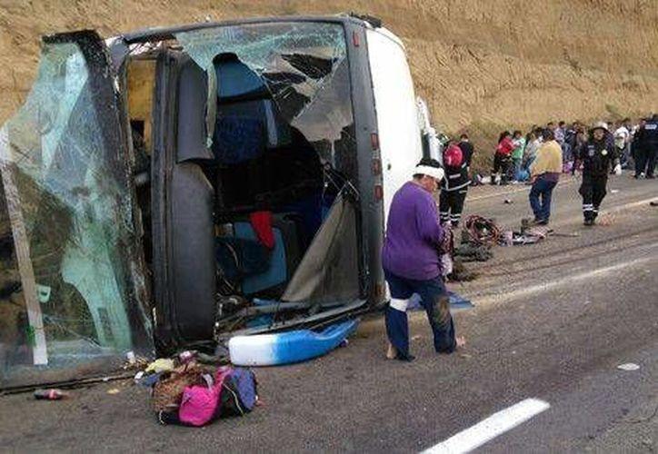 """Así quedó el vehículo de la empresa de viajes """"Butrón Travel,"""" tras el percance en la México-Puebla. (Foto: Milenio.com)"""