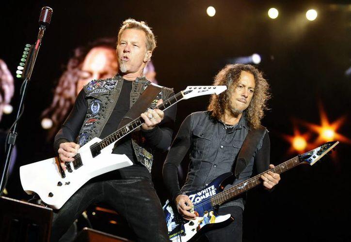 Los miembros de la banda estadounidense Metallica, James Hetfield (i) y Kirk Hammett. (Archivo/EFE)