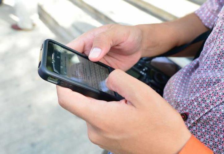 Las aplicaciones para teléfonos inteligentes o tabletas han derribado las barreras de la comunicación entre naciones, tanto virtual como físicamente. (Archivo/Milenio Novedades)