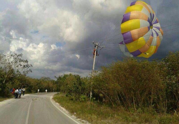 Un par de turistas vivieron momentos de pánico al quedar enredados entre cables de alta tensión.  (Redacción/SIPSE)