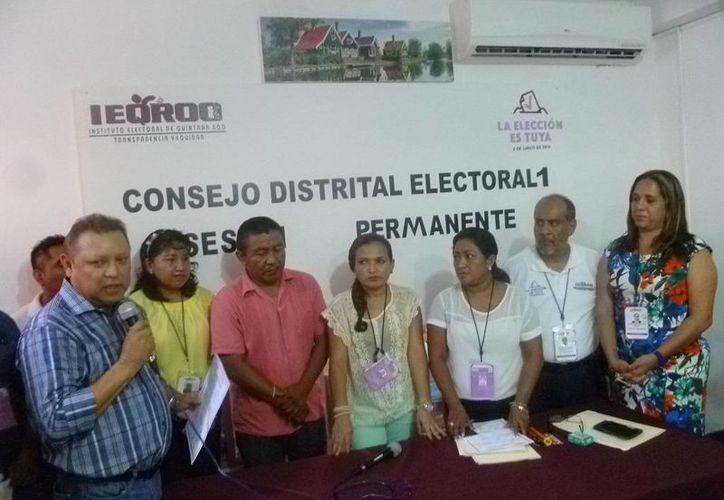 El documento fue entregado en la sede del Consejo Distrital. (Raúl Balam/SIPSE)