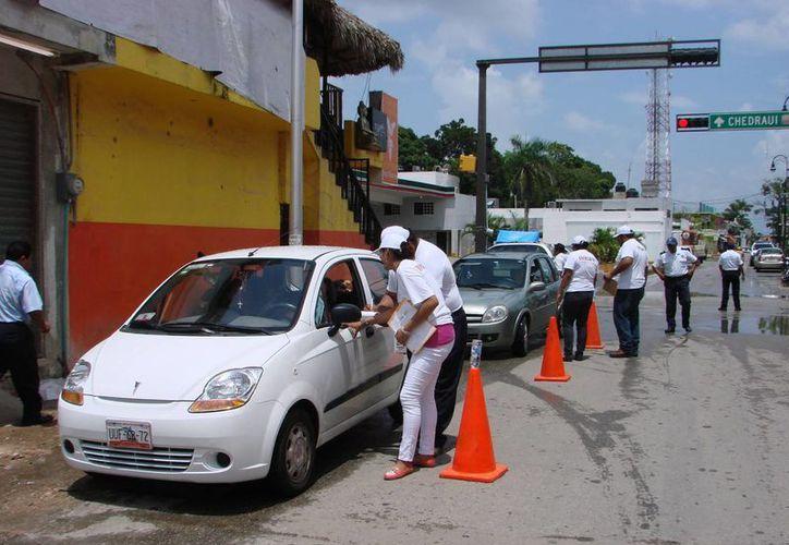 Personal operativo reúne los datos demográficos, estado civil del conductor, edad y modelo del vehículo que conducen. (Manuel Salazar/SIPSE)