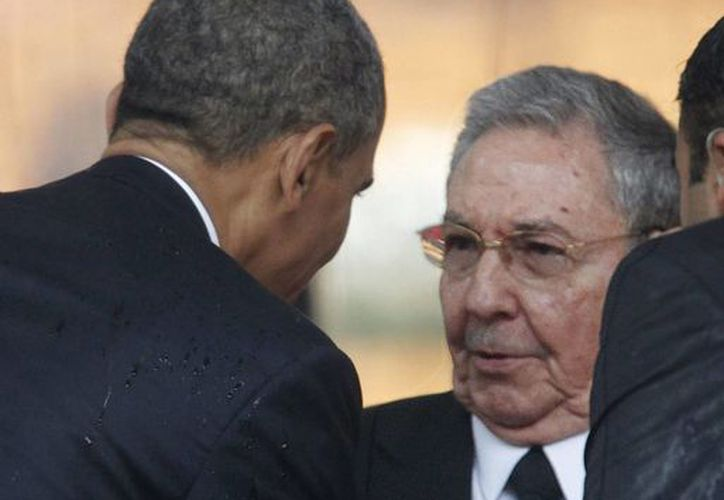 Foto de diciembre de 2013 en la que se ve al presidente estadounidense, Barack Obama, saludando a su homólogo cubano, Raúl Castro, quienes han llegado a un acuerdo para restablecer las relaciones diplomáticas de ambos países. (Archivo/EFE)
