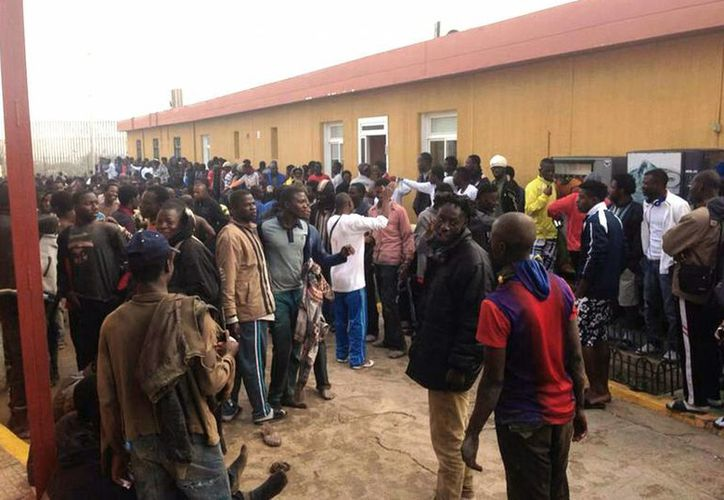 En la foto, los inmigrantes en el Centro de Internamiento Temporal de Extranjeros (CETI) entre cánticos, muestras de júbilo y abrazos con otros compatriotas tras el asalto a la valla. (EFE)