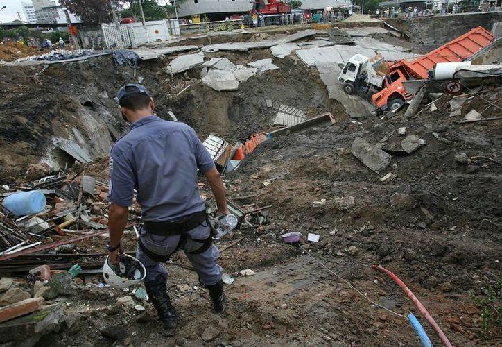 Un bombero participa en las labores de rescate de las victimas de un accidente de autobús registrado en Sao Paulo. (EFE)