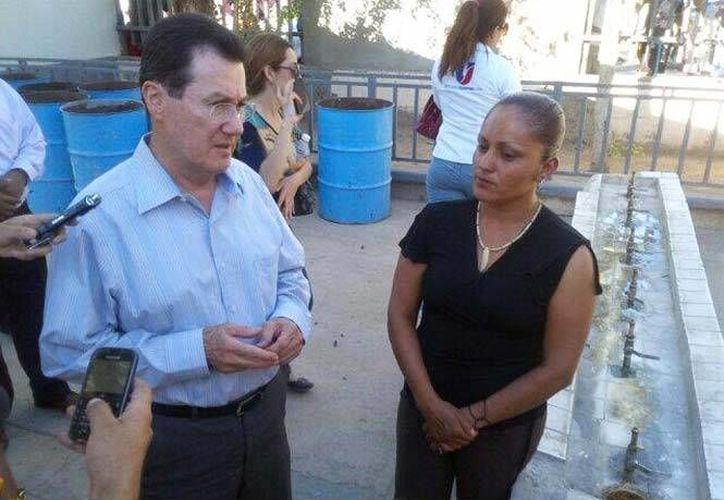 """Jovita, junto al secretario de Educación en Sonora, José Luis Ibarra, dijo que """"no se vale lo que le hicieron a mi hija"""". (www.excelsior.com)"""