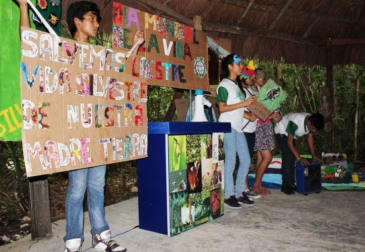 La embajada mundial, que promueve desfile y actividades ambientales. (Yajahira Valtierra/SIPSE)