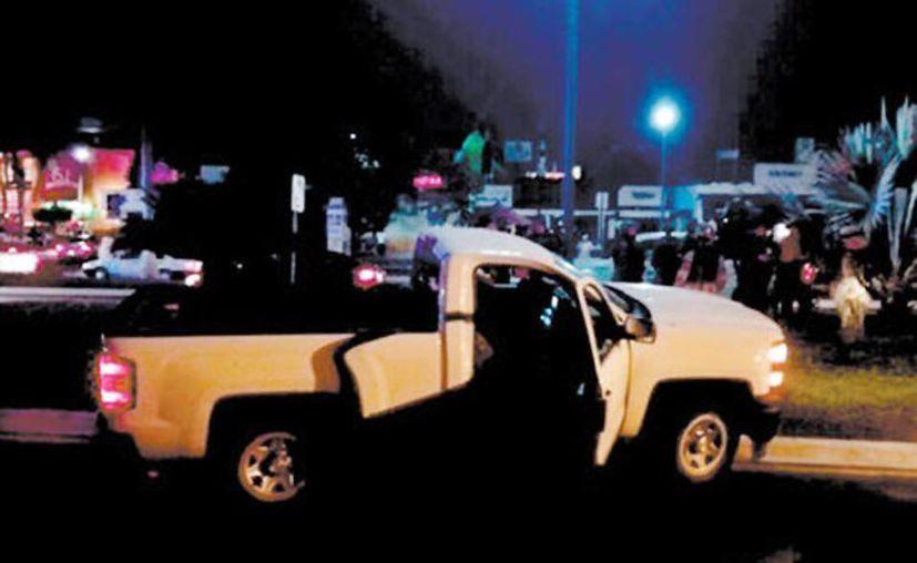 La camioneta en la que viajaban los dos jóvenes que fueron baleados en Ixtapa. (Milenio Digital)