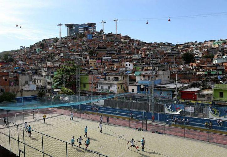 Vista general de la favela del complejo de Alemao en la ciudad de Río de Janeiro (Brasil). (EFE/Archivo)