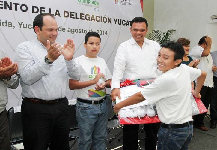 Este jueves el gobernador Rolando Zapata Bello abanderó a delegación infantil que representará a Yucatán en la Convivencia Cultural 2014. (Cortesía)