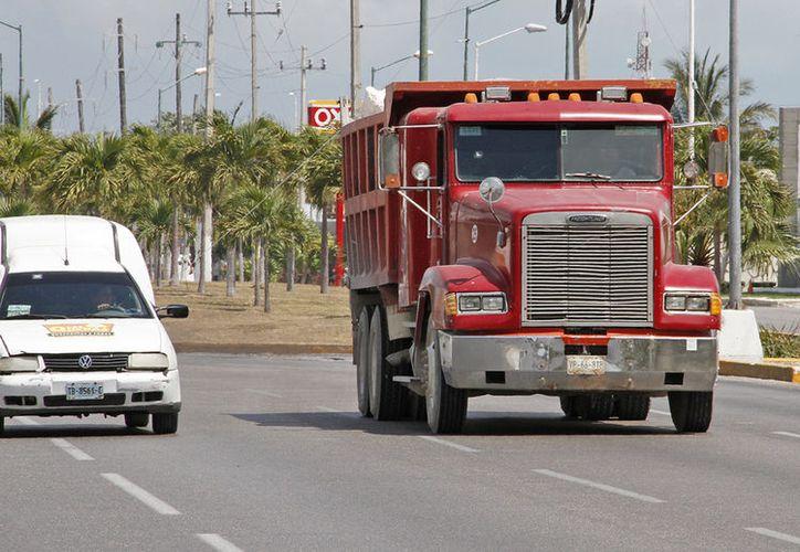 Prohíben a transportistas distribuir material fuera de su ciudad de origen. (Israel Leal/SIPSE)