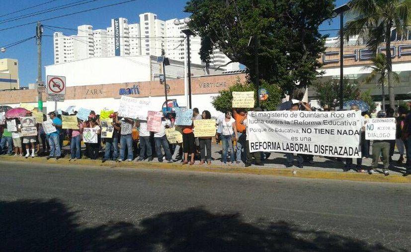 En el punto de plaza Las Américas se han reunido aproximadamente 100 personas. (Jazmín Ramos/SIPSE)