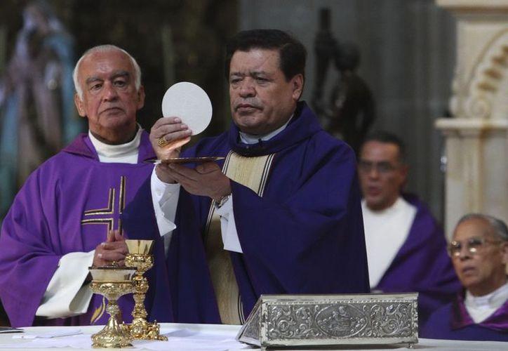 El cardenal, Norberto Rivera ofreció misa dominical en Catedral Metropolitana. (Notimex)