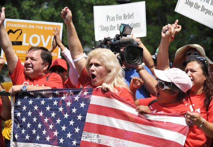La organización NYLAG indicó que muchos mexicanos defraudados ya fueron deportados a su país; en la imagen, una manifestación en Washington para exigir a Obama el cese de las deportaciones. (Archivo/Notimex)