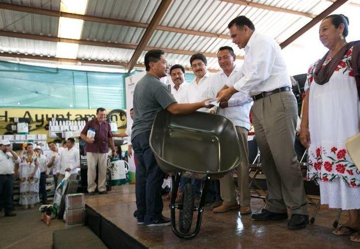 El gobernador Rolando Zapata Bello encabezó en Muna la entrega de apoyos del programa Peso a Peso, de impulso al campo. (SIPSE)