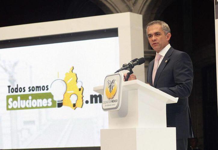 Miguel Ángel Mancera motiva a servidores públicos a disminuir el uso individual del automóvil para ahorrar gasolina y estacionamiento. (Notimex)