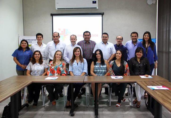 Imagen de la reunión de trabajo con evaluadores y empresarios. (Milenio Novedades)