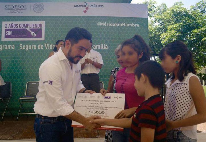 Sedesol entregó recursos a madres solteras, como parte de un programa de apoyo federal. (Cortesía)