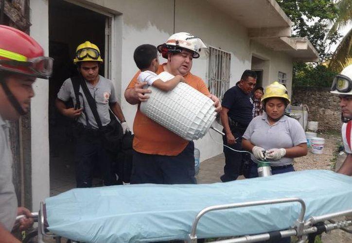 Al no poder sacarlo del lugar, tuvieron que romper la lavadora para llevarse el tanque con todo y  niño. (Redacción/SIPSE)