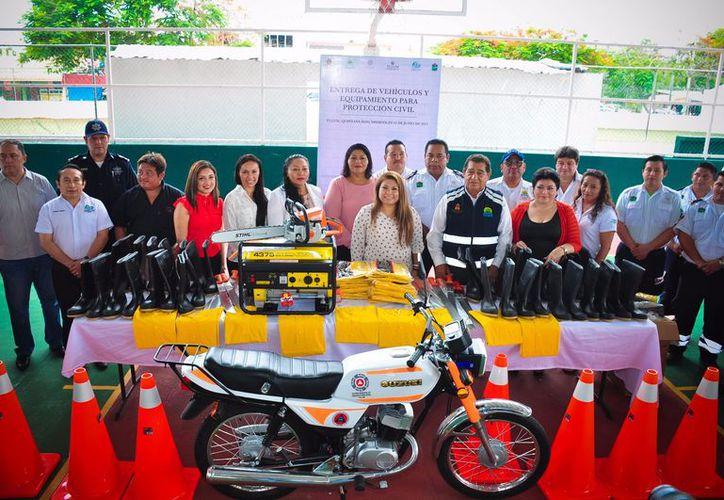 El Ayuntamiento entregó camionetas, motos y radios de comunicación, entre otras herramientas. (Foto: Redacción)