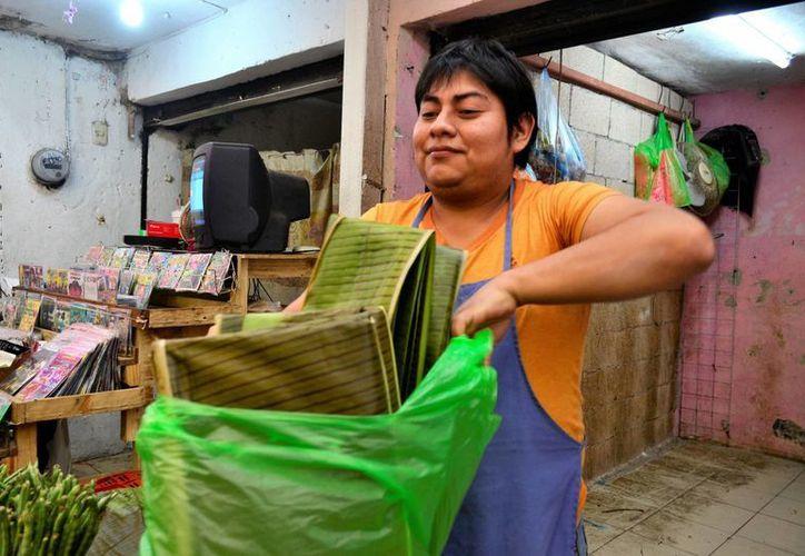La hoja de plátano se vende hasta en 20 pesos, en algunos mercado de  Mérida. (Milenio Novedades)