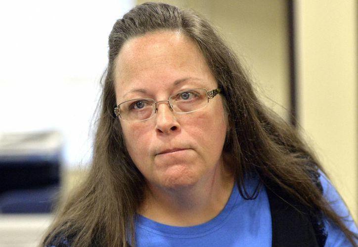 Kim  Davis escucha a un cliente tras la negativa de su despacho para emitir licencias de matrimonio en la Corte del Condado de Rowan en Morehead, Kentucky. (Agencias)
