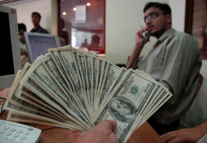 Bancomer es la institución que más cara ofrece la divisa en 17.19 pesos. (Archivo/EFE)