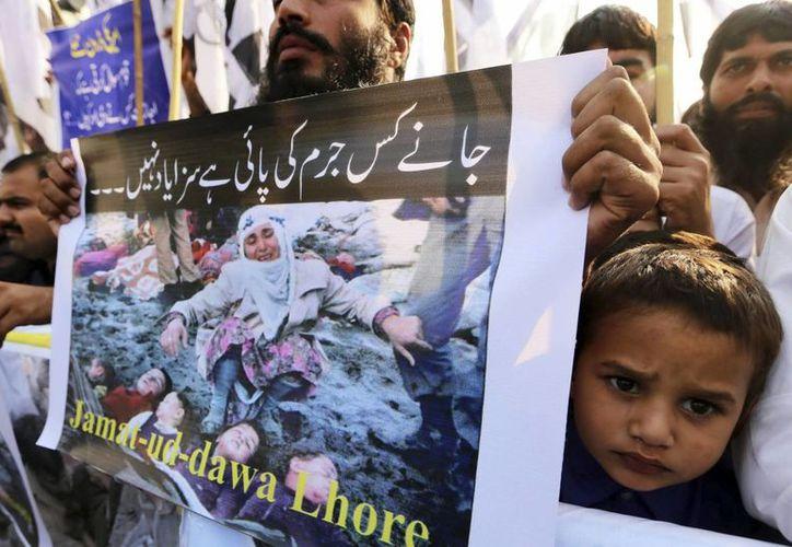 Simpatizantes de la organización benéfica islámica ilegalizada Jamat-ud-Dawa protestan por el bombardeo. (EFE)